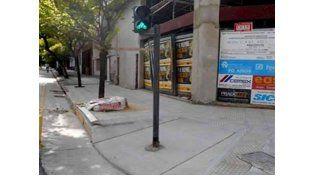 Insólito: construyeron una rampa para discapacitados con un semáforo en el medio