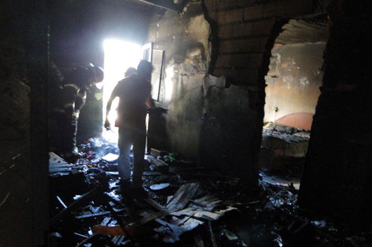 Personal de Bomberos Voluntarios de Chajarí intervino inmediatamente por lo que algunos elementos de la casa pudieron salvarse de las llamas. (Foto Chajarí al Día)