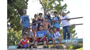 Adelantados. Los músicos junto a los chicos del barrio y el encargado del escenario Linares Cardozo.    Foto UNO/Mateo Oviedo