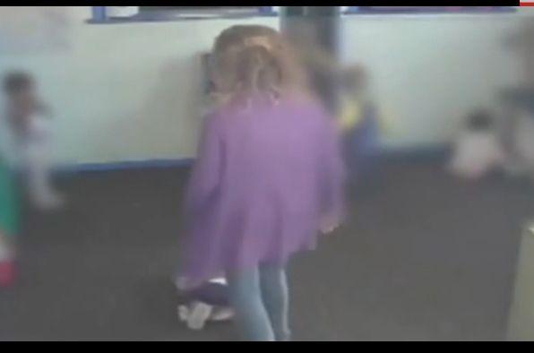 Video: una niñera es filmada maltratando a un bebé en una guardería