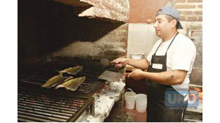 EN CIUDADES COSTERAS. El pescado asado se convirtió en el preferido por el turista; su forma de prepararlo es tradicional y característico. (Foto UNO/Diego Arias)