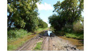 """""""Intransitable"""". El mal estado del camino que une Aranguren con Victoria se agravó tras las lluvias."""