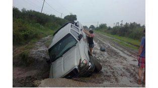 Una camioneta cayó en un pozo en la Ruta 51