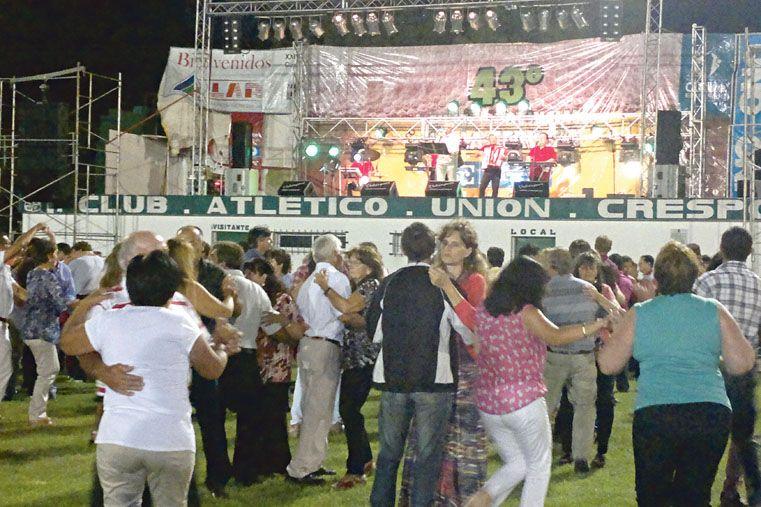 POPULAR. La música alemana contagió y las parejas se levantaron de las sillas para ir a bailar.