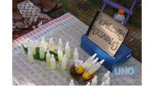 Éxito. Alta demanda del preparado artesanal para combatir mosquitos.  Foto UNO/Juan Ignacio Pereira