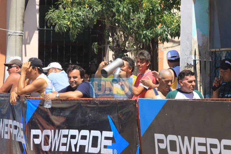 Todo el color. Como ya es una costumbre la ciudad de La Paz se vistió de fiesta para albergar el triatlón. Fue la edición 31ª en el norte. (Foto UNO/Juan Ignacio Pereira)