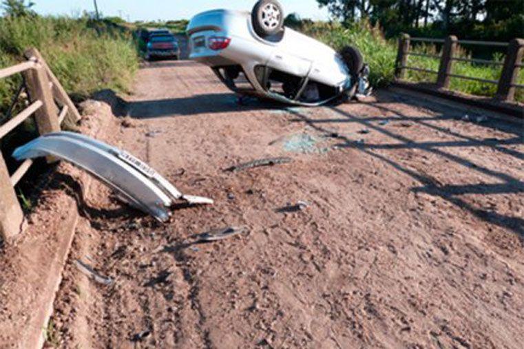Conductor perdió el control del auto y terminó con las ruedas hacia arriba