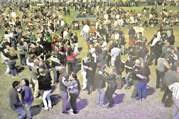 EN EL VERDE CÉSPED. El público baila al ritmo de la cumbia.