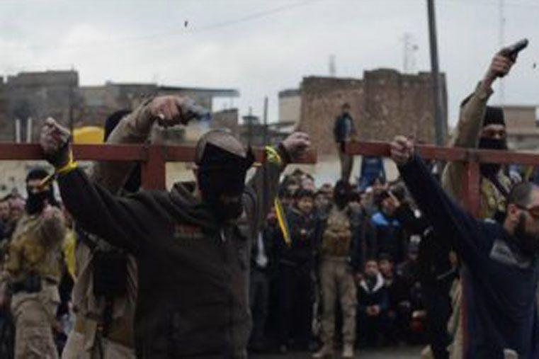 Barbarie. Los ladrones fueron crucificados en la plaza y luego baleados.