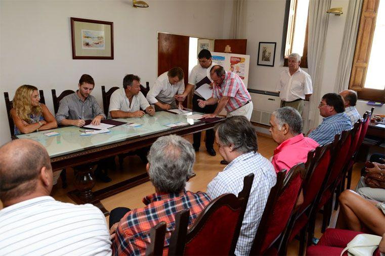 Firmas. Los dirigentes sellaron el acuerdo con la Municipalidad.