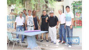 Lugar de encuentros. Vecinos que participan en el quehacer el barrio se juntan en lo de El Pocho. Foto UNO/Juan Ignacio Pereira