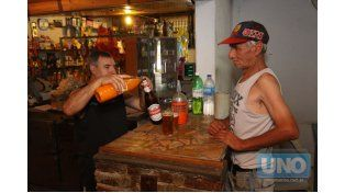 Cerveza y jugo de naranja. Es parte del folclore del lugar. Foto UNO/Juan Ignacio Pereira