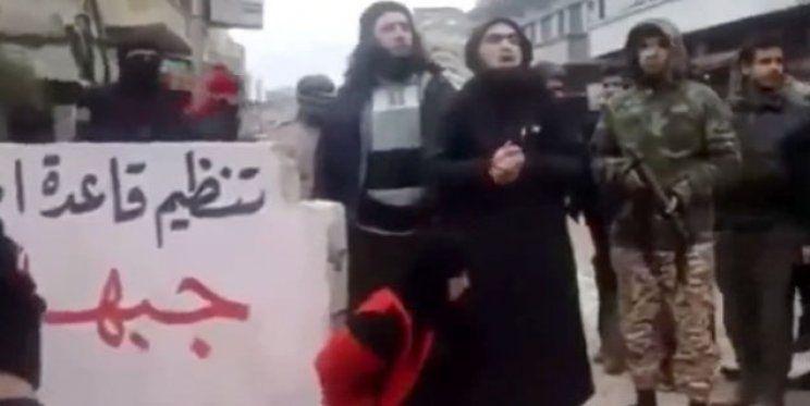 Video: Al Qaeda acusa a una mujer de adulterio y la ejecuta
