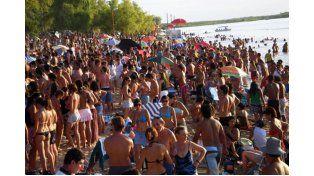 ESPERAN A CIENTOS DE JÓVENES. La fiesta en Villa Urquiza ya es una de las clásicas del verano.