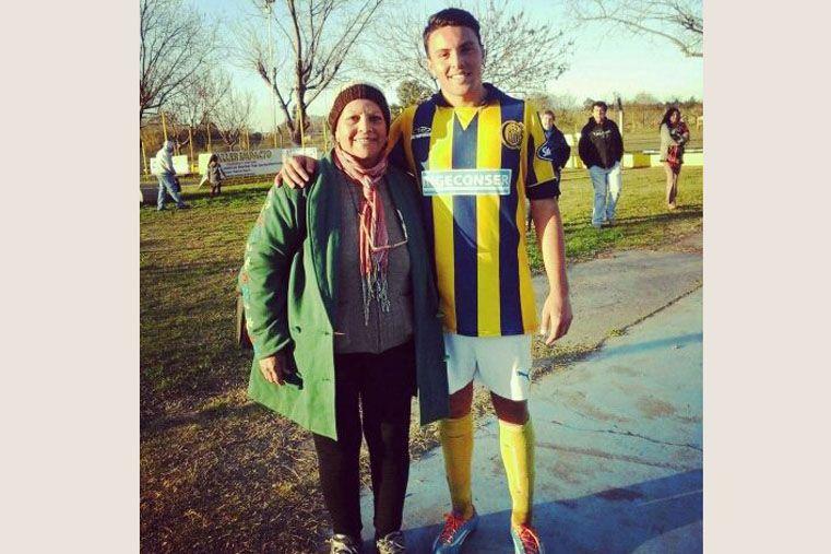 Alentando. El joven paranaense Amadeo De Bueno siempre cuenta con el aliento de su madre en cada partido.