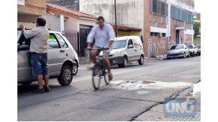 Obligado. El ciclista le pasó cerca al pozo con el líquido cloacal.  Foto UNO/Mateo Oviedo