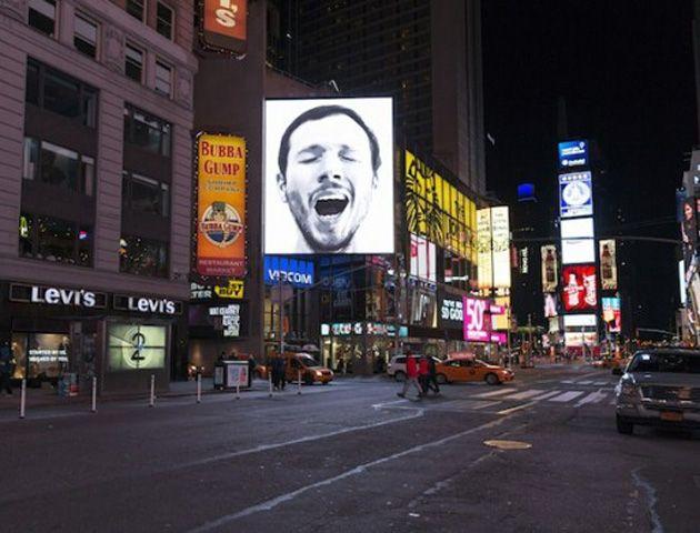 Un artista realizó una extraña instalación en Nueva York que provoca un bostezo masivo
