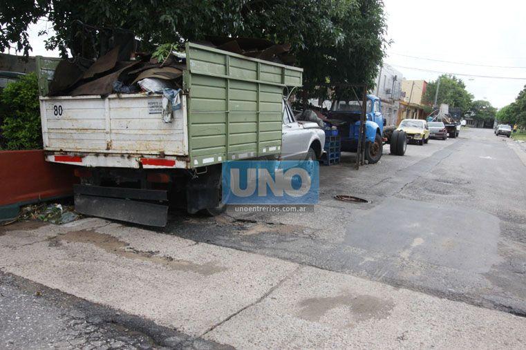 Las estructuras son depósito de basura y hábitat para mosquitos y alimañas. (Foto UNO/Juan Ignacio Pereira)