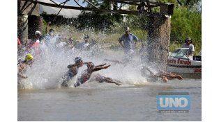La competencia comienza con la disciplina de natación. Foto UNO/ Mateo Oviedo