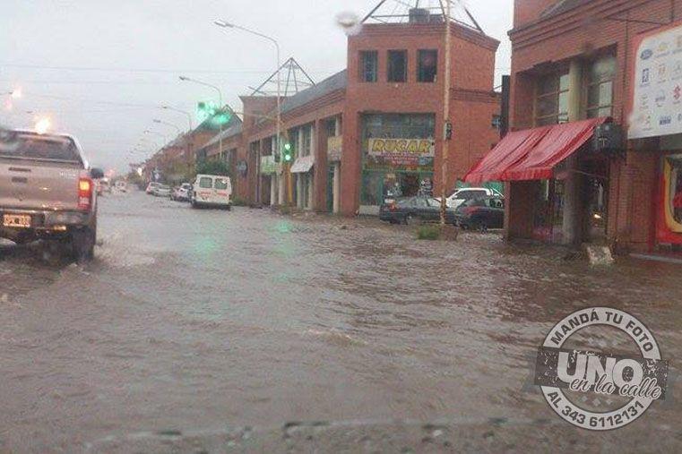 Correntoso. Un sector de avenida Almafuerte cuando los desagües ya no podían contener el caudal de agua.  Foto Gentileza/Paraná hacia el Mundo.