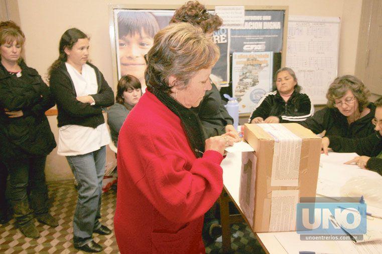 Con la boleta. El mecanismo de votación no se modificará en octubre. Foto UNO/Juan Ignacio Pereira