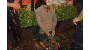 A Alcaidía. Los tres ladrones fueron sorprendidos cuando salían por el techo. Foto Gentileza/Radio La Voz