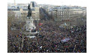 Temprano por la mañana los manifestantes llegaban a la plaza de la Republique para expresar su repudio al atentado contra Charlie Hebdo.