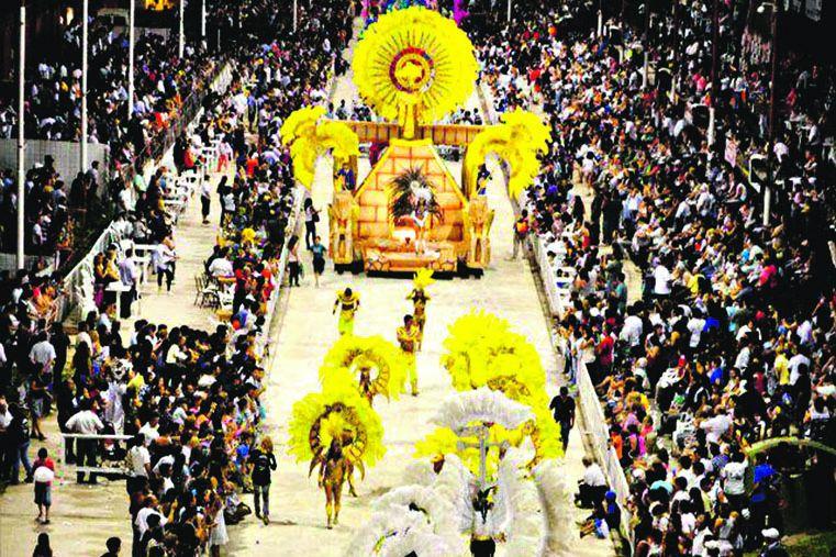 GUALEGUAY. La ciudad se transforma con el carnaval.