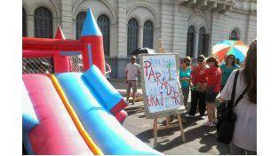 Original. Los docentes realizaron una parodia frente a Casa de Gobierno.