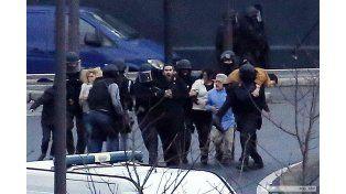 La policía francesa busca a una mujer vinculada con los atacantes y Hollande convoca a su gabinete