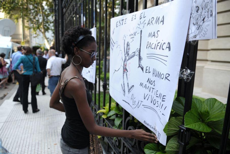 Personas se acercaron a la embajada de Francia para manifestar su repudio al atentado. Foto: Télam