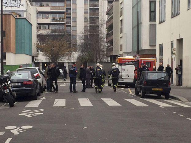 Hombres armados entraron a un semanario satírico francés y mataron a once personas
