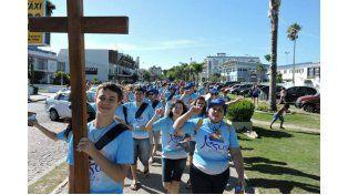 Los jóvenes recorren la zona balnearia llevando la Palabra de Dios.