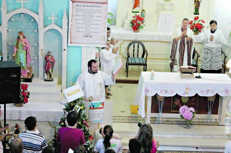 El padre Nicola durante la celebración de la santa misa en Brasil.
