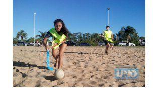 Ellas y ellos. Por las características del juego se pueden formar equipos mixtos. La prioridad es jugar y divertirse en la playa.