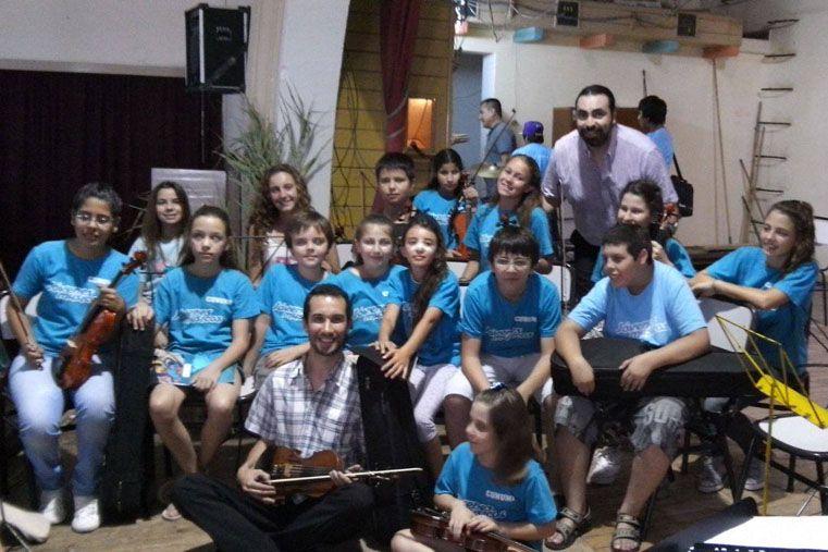 Profesor. Andrés Mayer enseña música a niños de orquestas de Paraná. Foto: Facebook