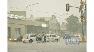 Caos. La intensa lluvia que se desató alrededor de las 18 ocasionó inconvenientes en el tránsito en Cinco Esquinas. Foto UNO/Mateo Oviedo