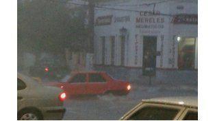 Intransitable. Así estaba ayer a la tarde una calle céntrica de La Paz.  Foto: Marcedes Oroño .
