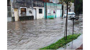 Anegados. Por el temporal hubo inconvenientes en diferentes barrios.    Foto El Día de Gualeguaychú