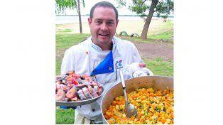 En la ribera. Ángel Sánchez junto a un guiso de pescado tradicional en las costas del río Paraná.
