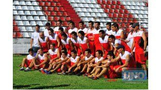 Jugadores y miembros del cuerpo técnico posaron para la foto grupal en el primer día de trabajo en barrio San Martín.  Foto UNO/Juan Manuel Hernández