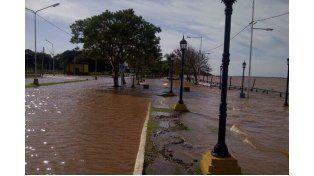 Agua. La rápida creciente invadió las calles del paseo costero y también se cortó la iluminación.