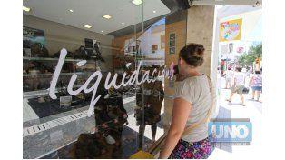 Tentación. Los precios rebajados son un aliciente para que los consumidores se animen a comprar. Foto UNO/Juan Ignacio Pereira