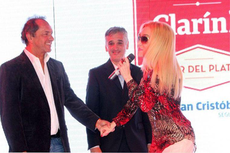 En Clarín. Scioli bromea con Fátima Florez