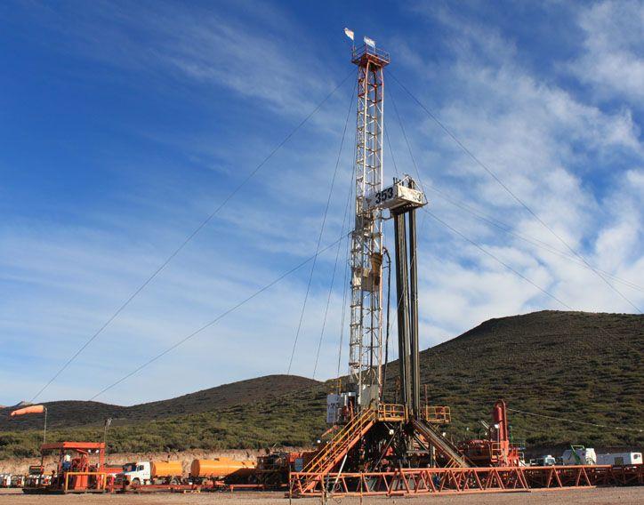 El petróleo cerró con fuerte baja de 2,65 dólares en Nueva York a 50,04 USD el barril