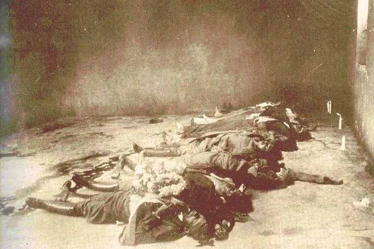 Historia. Imagen de época de algunos de los cadáveres en la prisión