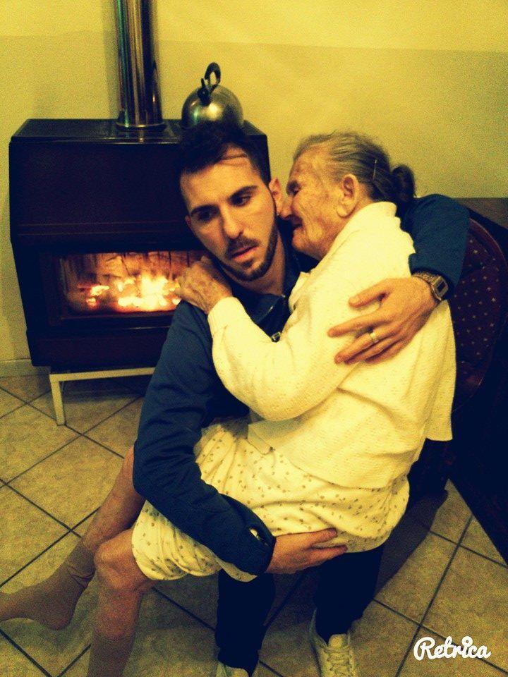 La foto de un joven con su abuela que padece Alzheimer en brazos se viralizó en las redes sociales