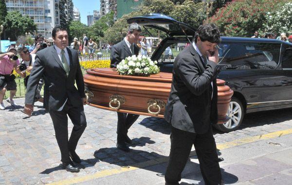 La familia de Lola Chomnalez despidió los restos de la adolescente en el cementerio de La Recoleta