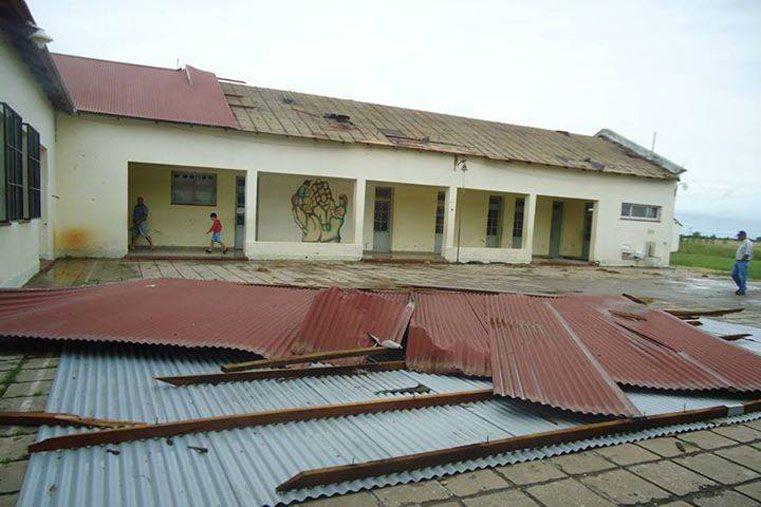 Daños en Gilbert. El viento arrasó con parte del techo de una escuela; hay preocupación en la comunidad. (Diario La Región)