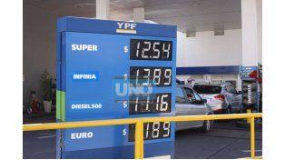 Nuevas tarifas. Ayer algunas estaciones de servicio ya vendían más barato. (Foto UNO/Juan Ignacio Pereira)